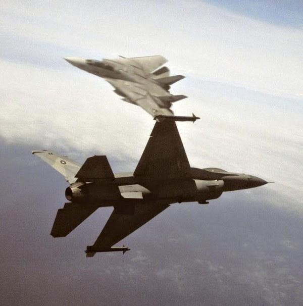 Imagen clásica de un mano a mano entre un DCAT F-16N y F-14.