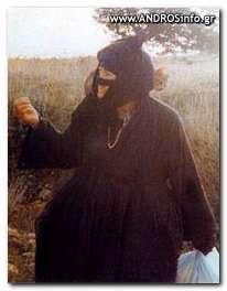 Η Γερόντισσα ΤΑΡΣΩ έξω από το κελί της.