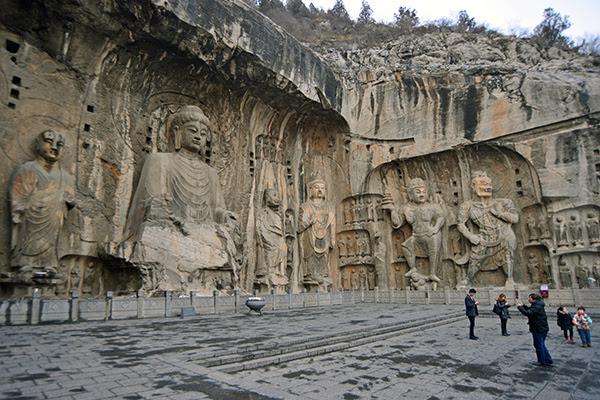 룽먼석굴 내 가장 규모가 크고 예술가치가 높은 마애석각(摩崖石刻).