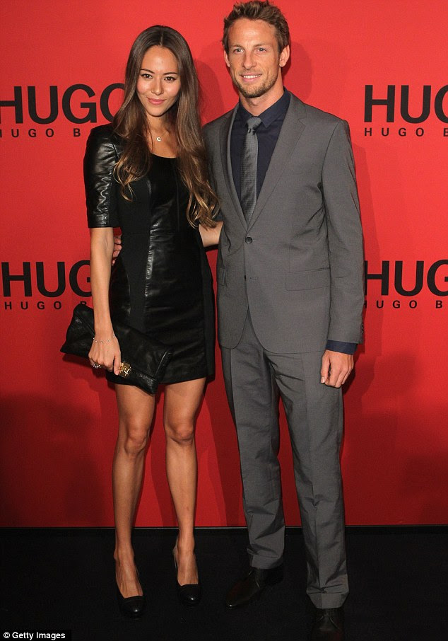 Dia Data: Jenson Button, que parecia afiada em um terno cinza, com a presença com sua namorada japonesa modelo Jessica Michibata