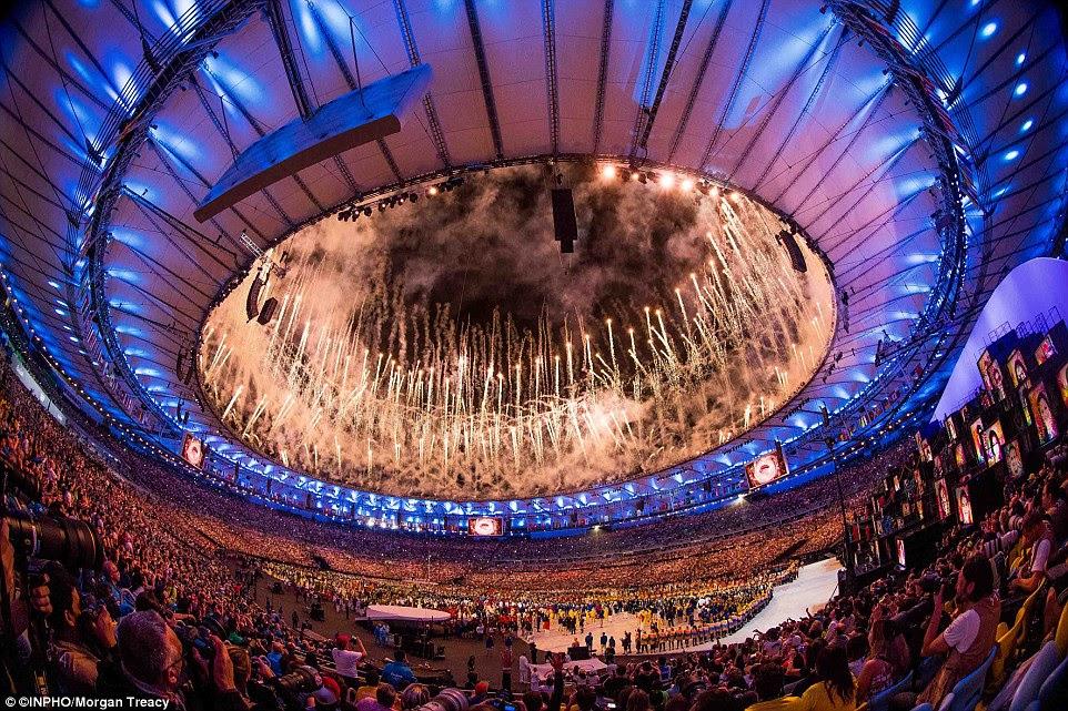 A Cerimónia de Abertura Jogos Olímpicos Rio, no estádio do Maracanã, chegou ao fim com uma espetacular queima de fogos