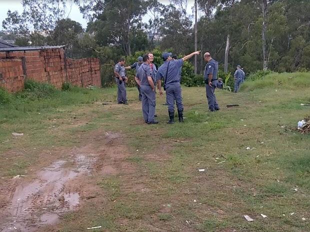 Corpo foi encontrado em um terreno da favela Vila Barros, em Marília (Foto: Alcyr Netto/Diário de Marília/Divulgação)