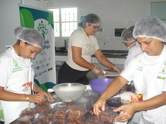 Oficina de doces na cozinha comunitária Unifaz