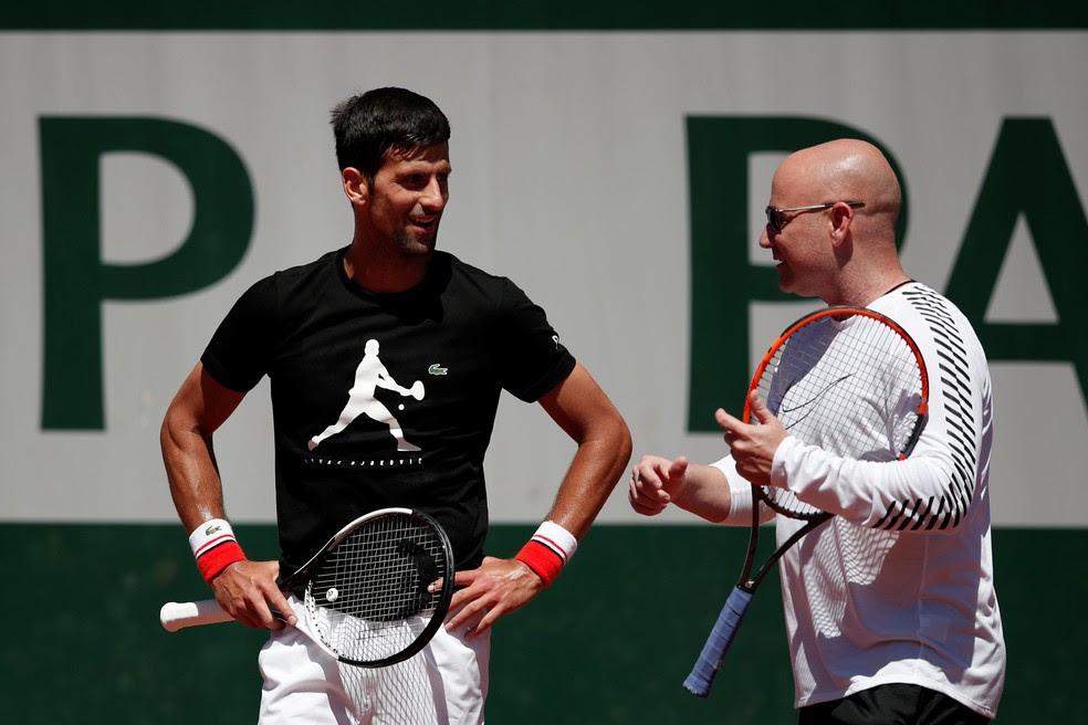 Novak Djokovic em primeiro treino com Andre Agassi antes de Roland Garros (Foto: REUTERS/Benoit Tessier)
