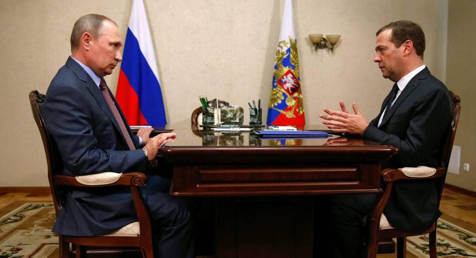 El presidente ruso, Vladímir Putin,  conversa con el primer ministro ruso, Dmitri Medvédev.