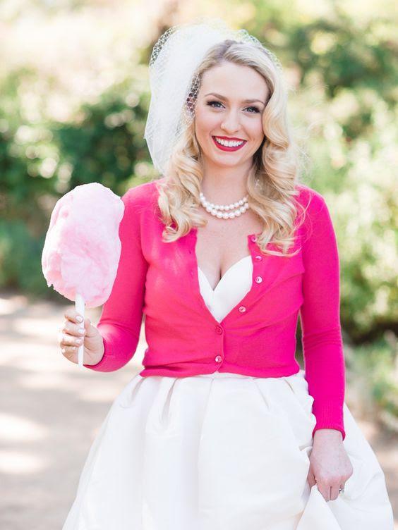 eine heiße rosa cropped cardigan mit langen ärmeln und einem passenden Lippenstift für eine bunte Hochzeit