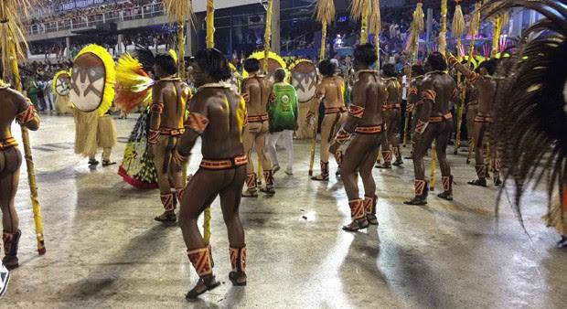 Passistas da Grande Rio vestidos de índios (Foto: QUEM)
