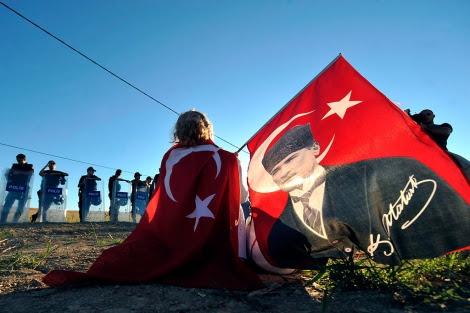 Protestas ante la corte de Silivri, donde se juzga a varios acusados de traición.| Reuters