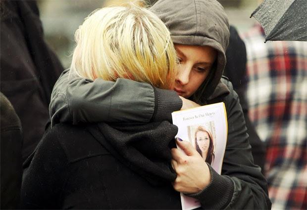 Amigos de Rehtaeh Parsons, de 17 anos, que se suicidou após sofrer bullying na web, durante funeral em Halifax, no Canadá (Foto: Paul Darrow/Reuters)