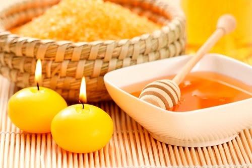 Không chỉ có khả năng cần bằng độ ẩm, mật ong còn chứa nhiều dưỡng chất khác đem đến tác dụng ngăn ngừa lão hóa da ngừa mụn và các vấn đề sắc tố hiệu quả. Cách thực hiện đơn giản, chỉ cần sử dụng lượng mật ong vừa đủ, tiếp đến chà lên da mặt, kết hợp mát xa nhẹ nhàng, thư giãn chừng 5 phút thì rửa lại với nước ấm.
