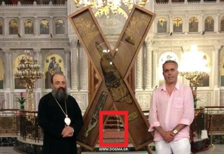 Ο Σταυρός σήμερα. Φωτό ΔΟΓΜΑ: Ο Μητροπολίτης Πατρών κ. Χρυσόστομος και ο σχεδιαστής της νέας θήκης κ. Β. Τσιρώνης