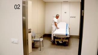 Personal sanitari en un dels box de la nova unitat d'Urgències de Can Ruti. (ACN)