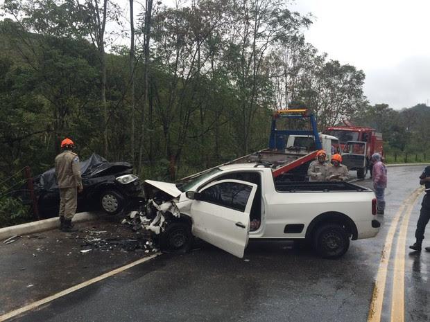 Carros bateram de frente e uma pessoa morreu no Km 114 da RJ-116 (Foto: Rota 116)
