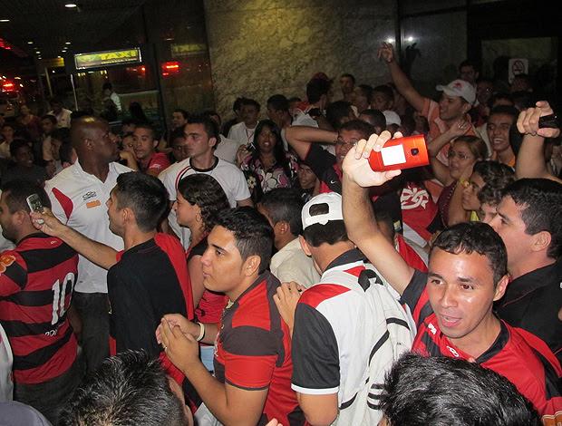 torcedores desembarque flemango (Foto: Janir Junior / Globoesporte.com)