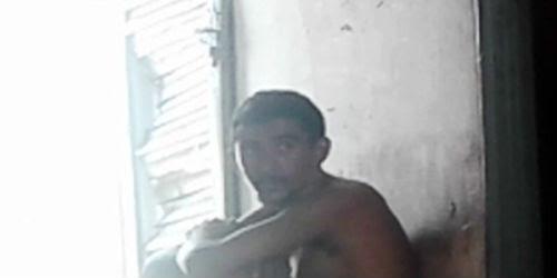 Antonio, apelidado de 'Boneco Doido', sofre de problemas mentais