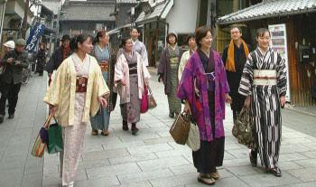 昔ながらの町並みを和服で歩く(埼玉県川越市)
