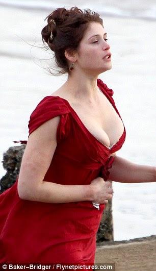 Scarlet mulher: Gemma estava praticamente explodindo para fora do decote do vestido que se esforçou para conter seu seio
