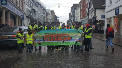 UK: Young Ahmadi Muslims begin new year with nationwide street-cleaning day
