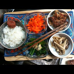 #dinner mochiko chicken, ninjinshirishiri, snow peas, haricot vert, spinach, kinpira & rice w/ ume #japan
