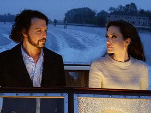 Os atores Johnny Depp e Angelina Jolie contracenam em cena de seu novo filme, 'The tourist'