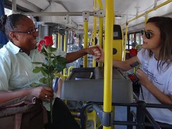 Cobradora Maeli Leite recebeu uma rosa e ficou surpresa (Foto: Moema França / G1)
