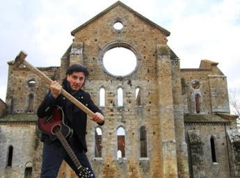 <p>Il cantautore Nicola Costanti davanti all'Abbazia di San Galgano</p>