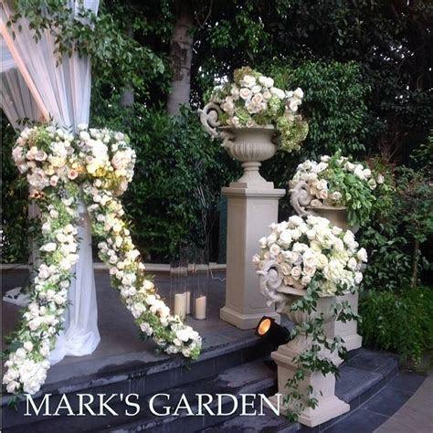 KIM KARDASHIAN WALL OF ROSES   WEDDING DECOR IDEAS