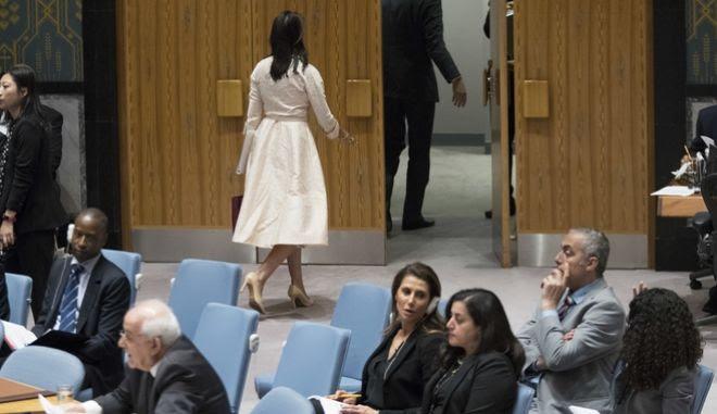 Η πρέσβειρα των ΗΠΑ Νίκι Χέιλι αποχωρεί από τη συνεδρίαση ενώ μιλά ο εκπρόσωπος των Παλαιστινίων