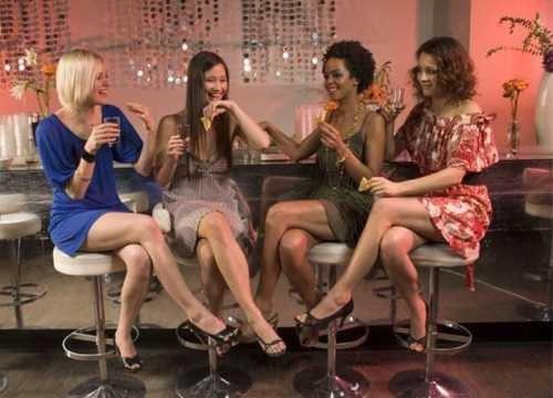 women-drinking-at-a-bar