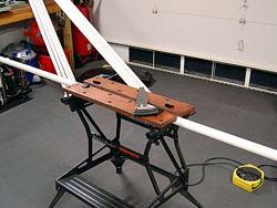 Cano de PVC preparado para ser cortado