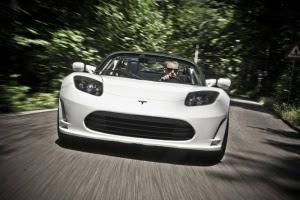 Tesla kehitti robottikäärmepiuhan – Kiemurtelee automaattisesti auton kylkeen (800 x 532)