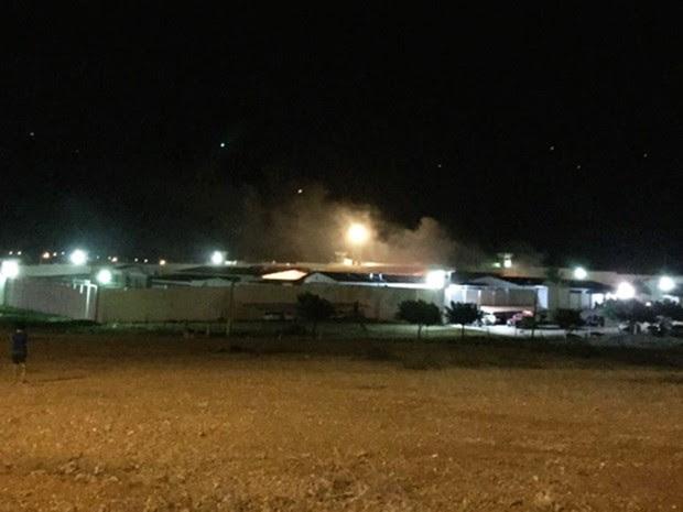 É possível ver fumaça saindo dos pavilhões do Pereirão, em Caicó  (Foto: Willacy Dantas)