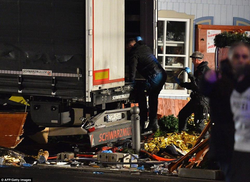 detetives da polícia escalou os escombros para procurar o caminhão, enquanto os investigadores trabalharam durante a noite para estabelecer o que tinha acontecido