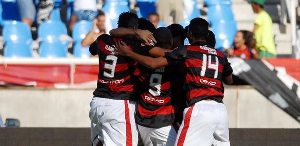 Jogadores do Flamengo comemoram gol de Ronaldo Angelim contra o Botafogo