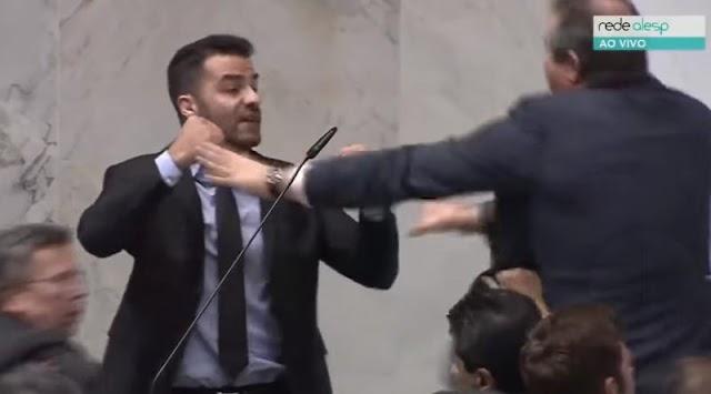 Vídeo: Deputado fala mal de petista e sessão acaba em pancadaria