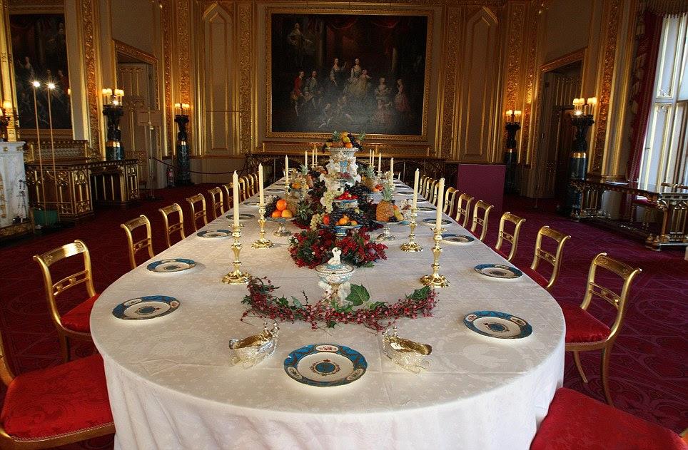 Os últimos retoques são feitos para a mesa de jantar em Castelo de Windsor do estado quarto, que tem ser estabelecidas para uma festa de Natal vitoriano