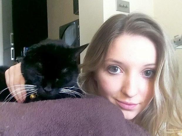 Gabriella Fletcher posa em defesa dos gatos pretos (Foto: Newsteam)