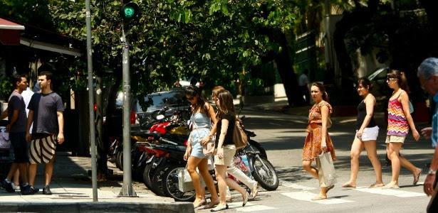 Pessoas caminham pela rua Oscar Freire, nos Jardins um dos endereços mais importantes no mercado de moda de São Paulo