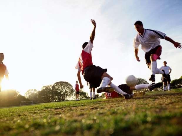 O futebol é boa opção para as pessoas que gostam de esportes de contato. Interação entre os jogadores também é uma das características da prática Foto: Getty Images