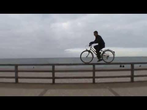 video de un hombre haciendo bmx con una bicicleta de mujer y de paseo