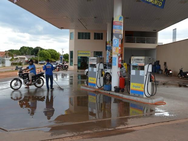 Em postos de combustíveis e estacionamentos, condutor e passageiro precisam retirar capacete logo após parar o veículo (Foto: Rogério Aderbal/G1)