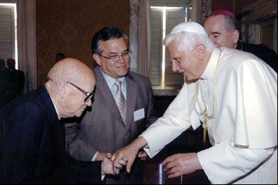 Un pastor evangélico rindiendo pleitesía al papa