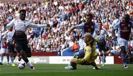 Liverpool's Daniel Sturridge (L) goes around Aston Villa's Brad Guzan to score during their English Premier League match at Villa Park in Birmingham, central England, August 24, 2013. REUTERS-Darren Staples