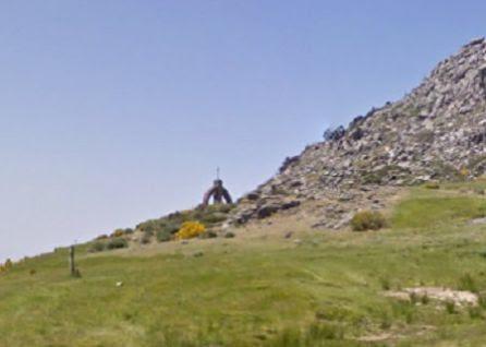 Al fondo, monumento a los caídos en El Puerto del Pico
