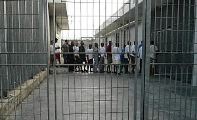 Protesta al Cie di Roma  migranti si cuciono la bocca