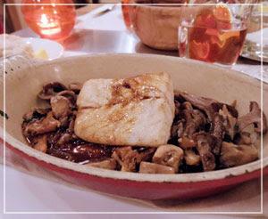 青山「ビストロブノワ」にて、メインディッシュその1、スズキのロースト。