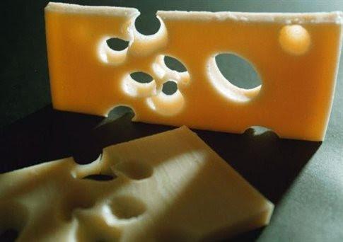 perierga.gr - Λύθηκε το μυστήριο της τρύπας στα ελβετικά τυριά!