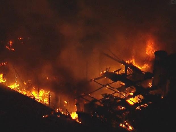 Teto de prédio é consumido pelo fogo em incêndio nesta terça-feira (26), na Grande SP (Foto: Reprodução: TV Globo)