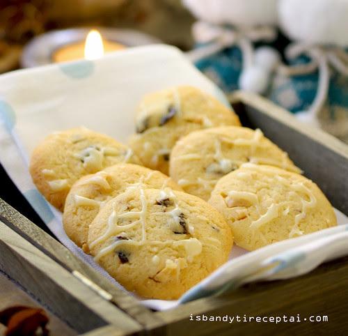 Sausainiai su baltuoju šokoladu, džiovintomis vyšniomis ir lazdyno riešutais