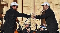 κατά τη διάρκεια μιας συναυλίας τσελίστα Σεργκέι Roldugin (αριστερά) και ο μαέστρος Βαλέρι Γκεργκίεφ (δεξιά)